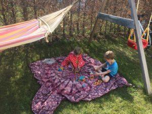 Spielen im Garten bei sommerlichen Temperaturen
