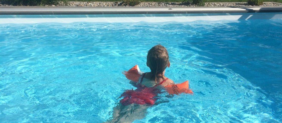 Marie im Pool